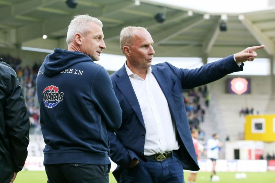 Trainer Pavel Dotchev (l.) und Präsident Helge Leonhardt haben den Kader um  sieben Spieler reduziert. Drei Neuzugänge sollen im Winter kommen.