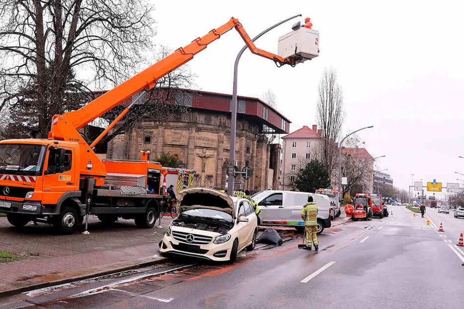 Durch den Unfall wurde auch ein Lichtmast beschädigt.