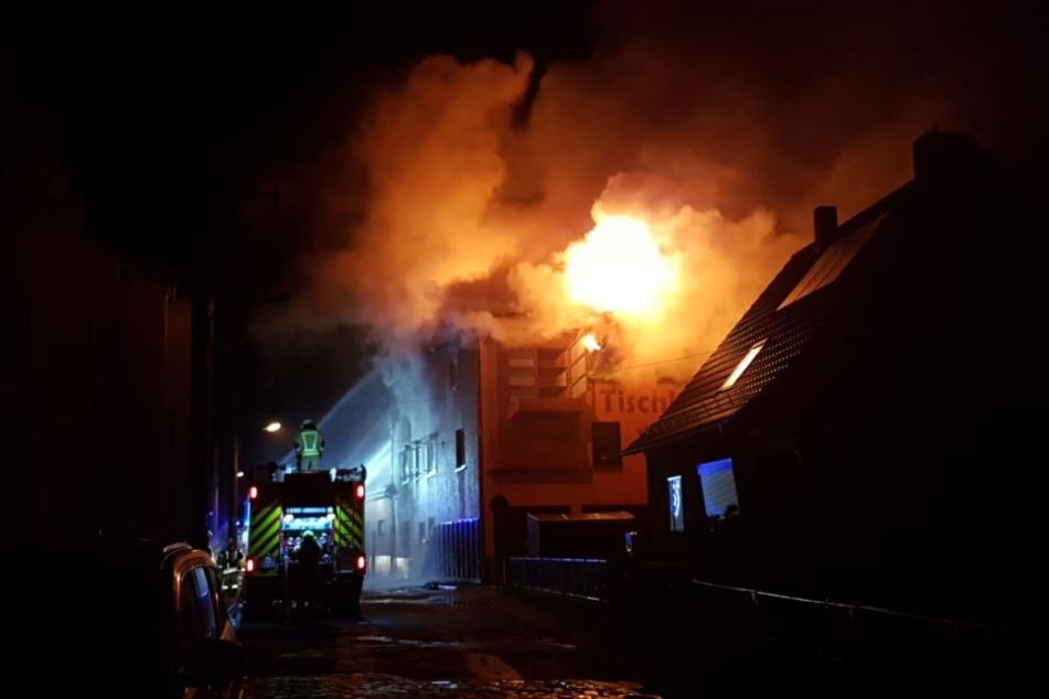 Die Flammen schlugen aus dem dritten Stock des Hauses.