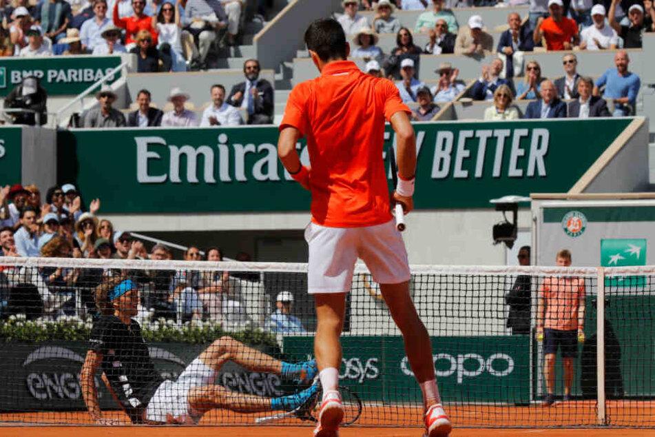 Alexander Zverev (sitzend) verlor im Viertelfinale der French Open 2019 gegen den Weltranglistenersten Novak Đoković.