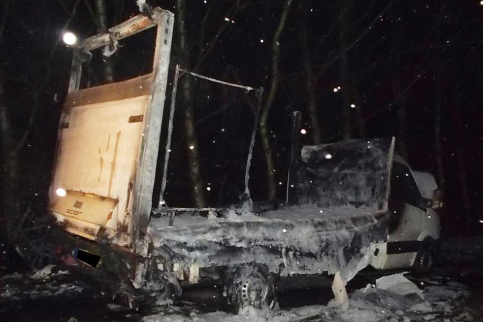 Der Kleintransporter der Wäscherei brannte komplett aus.