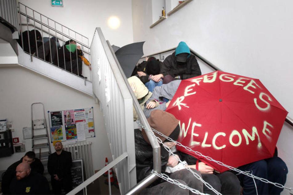 """Die Demonstranten besetzten das Treppenhaus vom """"Haus unter den Linden""""."""