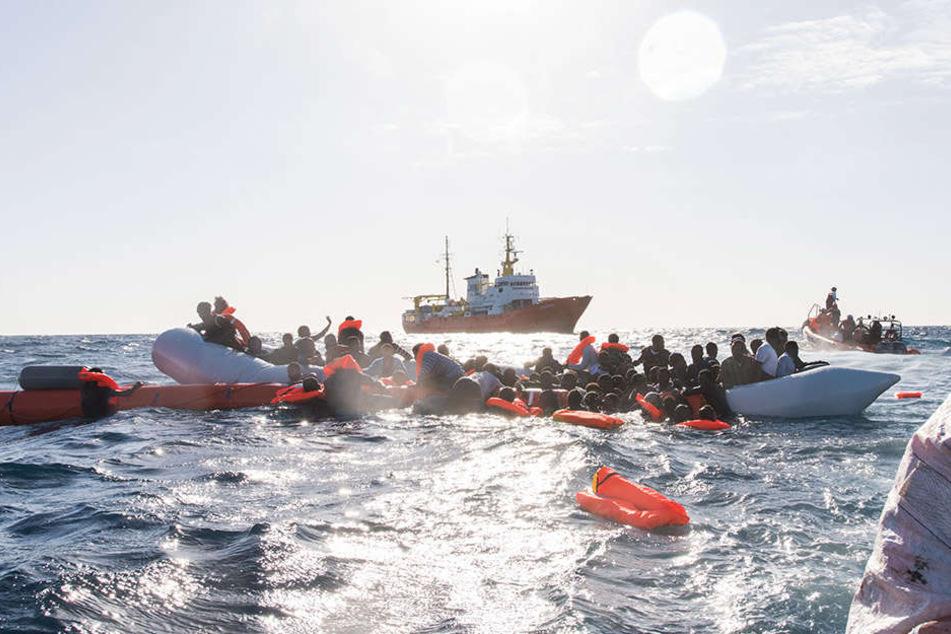 """Wegen des Vorwurfs illegaler Müllentsorgung will die italienische Staatsanwaltschaft das private Rettungsschiff """"Aquarius"""" beschlagnahmen."""