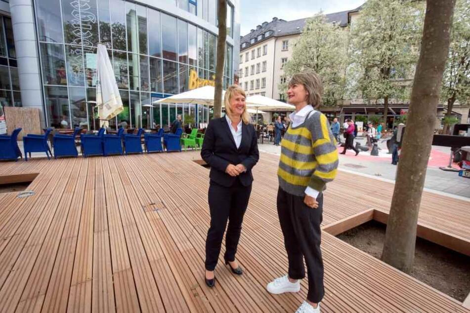 OB Barbara Ludwig (56, SPD) und GGG-Chefin Simone Kalew (re.) auf dem neuen Podest am Eingang der Kneipenmeile.