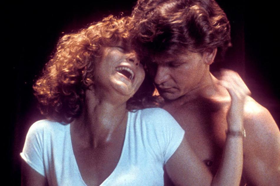 So stand es eigentlich nicht im Drehbuch: Als Patrick Swayze über die Innenseite ihrer Arme streicht, kichert Jennifer Grey los.