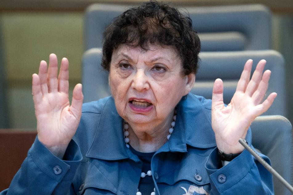 Inge Auerbacher aus New York berichtete gestikulierend über ihre Holocaust-Erfahrungen.