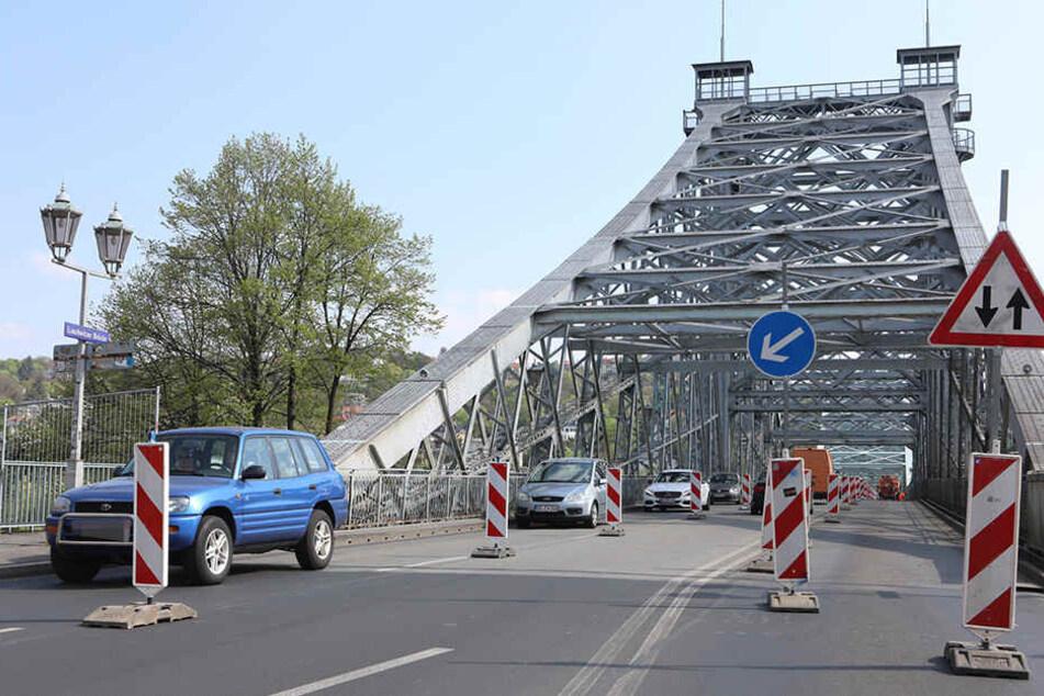 Am Dienstag begannen die Arbeiten an der Fahrbahn. Dafür muss bis Donnerstag immer von 9-15 Uhr eine Spur gesperrt werden.