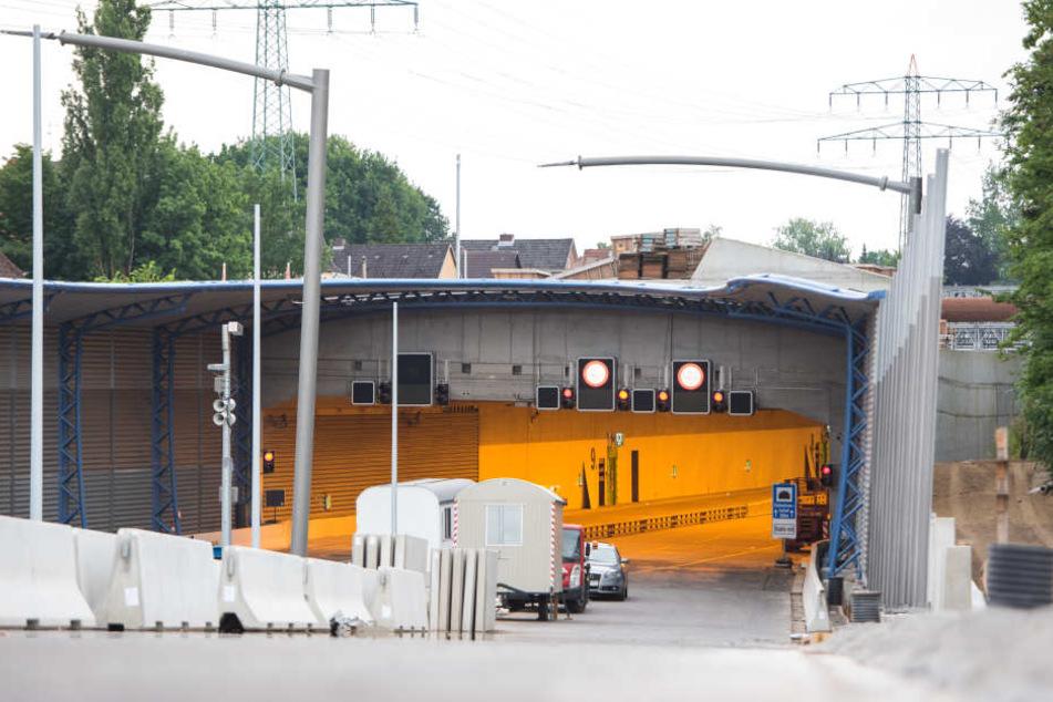 Blick auf die Zufahrt des Tunnels mit dem Lärmschutzdeckel über die Autobahn A7 bei Schnelsen.