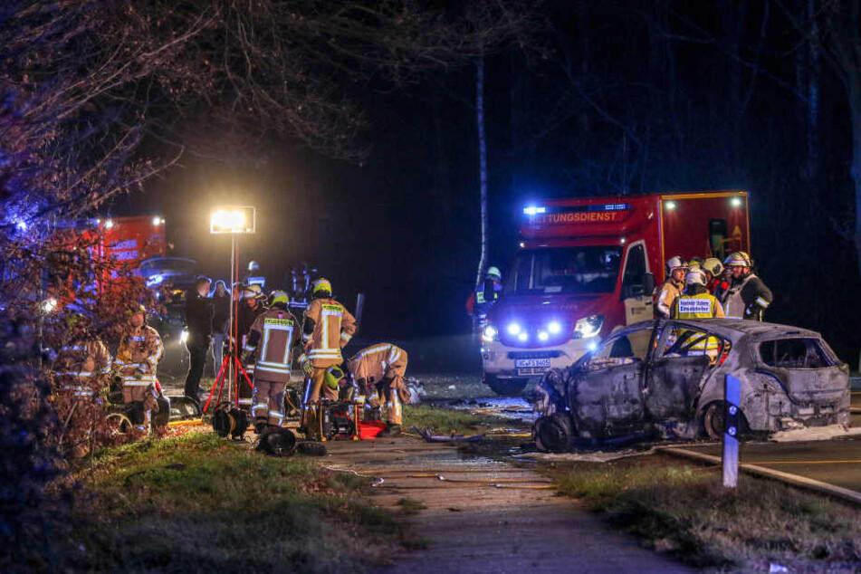 Bei dem Unfall, bei dem ein Auto vollständig ausbrannte, kamen insgesamt fünf Menschen ums Leben.