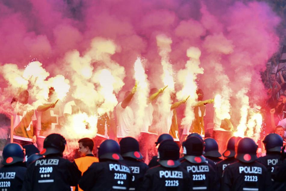 Gewohnte Bilder: Werder Bremen-Ultras zünden vor den Augen der Polizei Pyro-Technik.