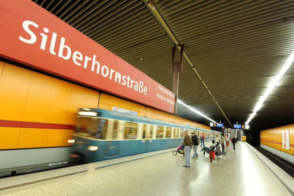 Die Tatverdächtigen flüchteten an der U-Bahn-Haltestelle Silberhornstraße. (Archivbild)