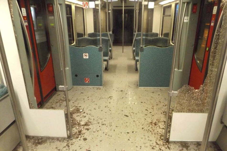 Mit Nothammer! Randalierer zertrümmert Scheiben in S-Bahn
