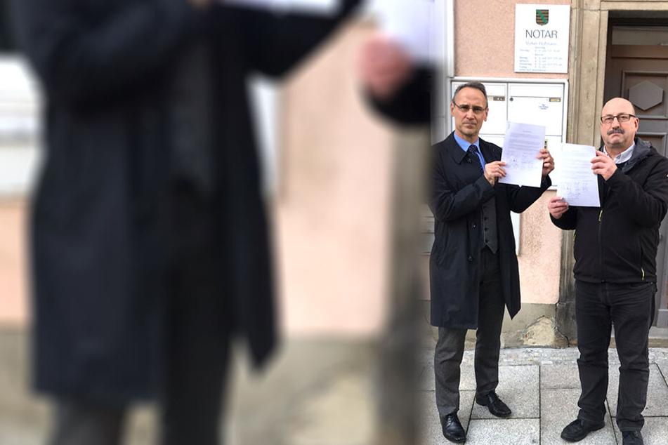Die Fraktions-Chefs Thomas Zabel (56, CFG, r.) und Thomas Schwitzky (49, ZKM) mit ihren Erklärungen vor dem Notarbüro.