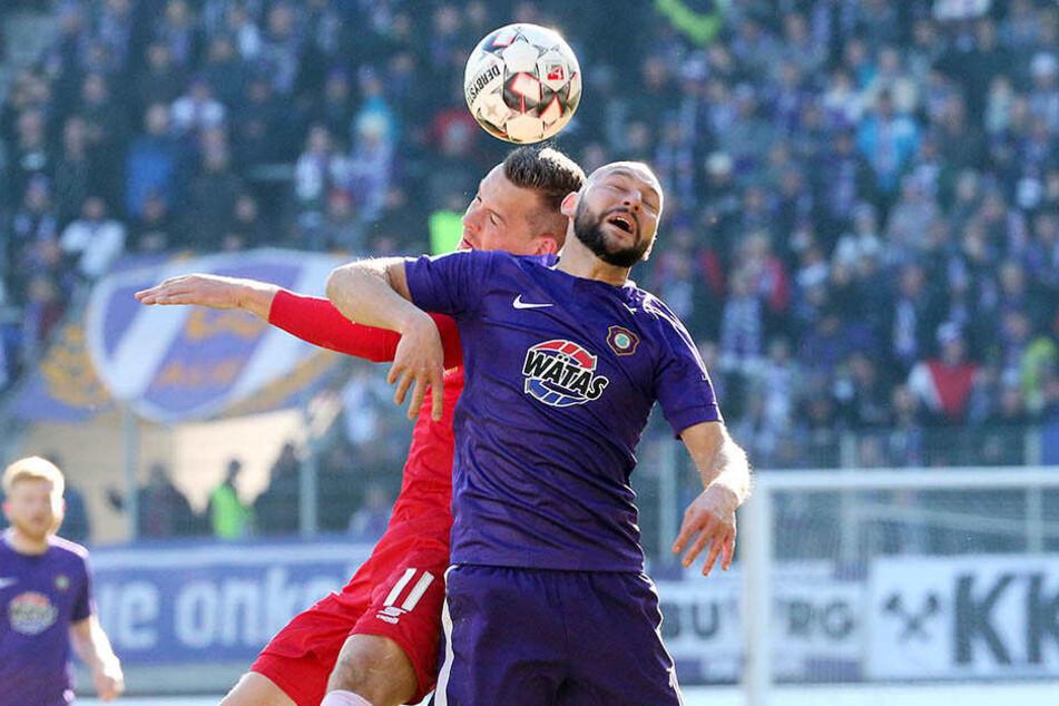 Das Arbeitstier im Auer Mittelfeld: Philipp Riese (v., gegen Duisburgs Stanislaw Iljutchenko): Er spielte eine starke Saison, Durchschnittsnote: 2,9.