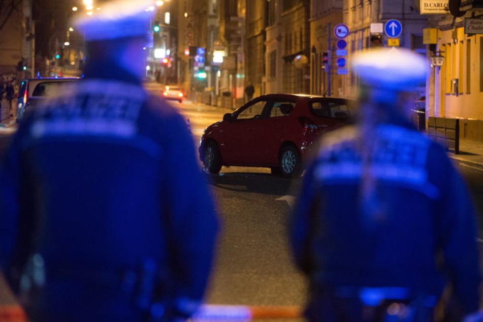 Zwei Polizisten auf Streife. (Symbolbild)