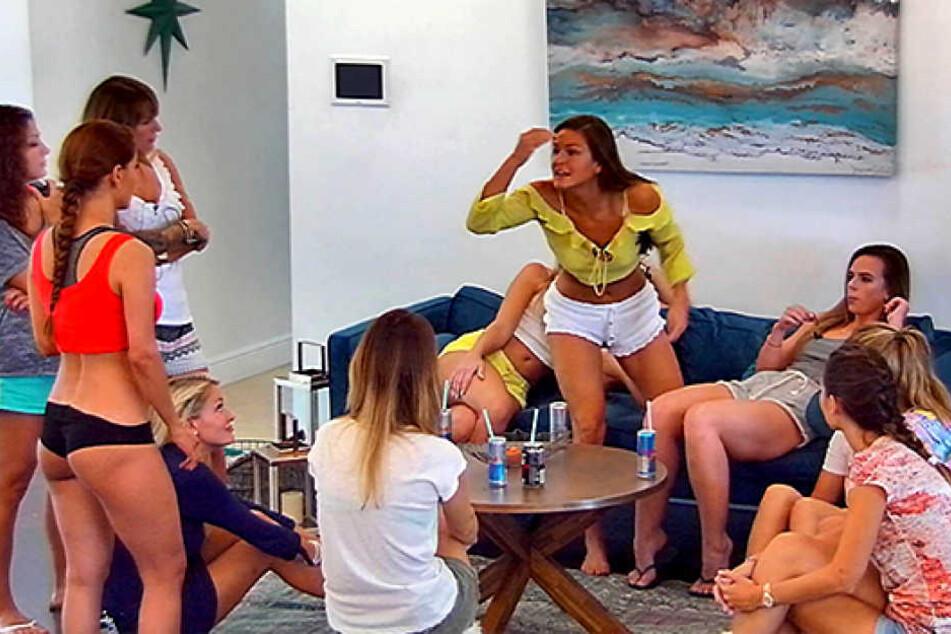 """Am Mittwochabend werden beim Bachelor gehörig die Krallen ausgefahren: Tina B. (23, gelbes Top) schießt scharf gegen Kattia (28, schwarzes """"Höschen"""")."""