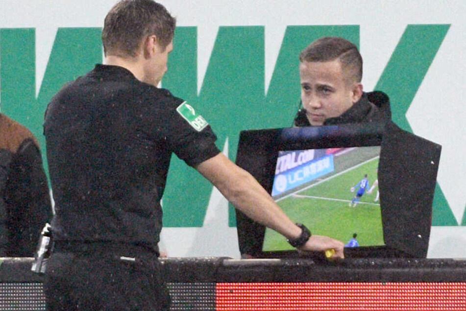 Patrick Ittrich hat beim Bundesliga-Duell zwischen dem FC Augsburg und dem FC Schalke 04 den Videobeweis zu Rate gezogen. So etwas hatte Schiedsrichter Manfred Bauer leider nicht.