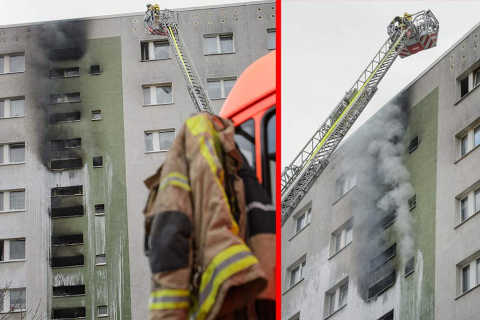 Aus den Fenstern des Hochhauses steigt Rauch auf.
