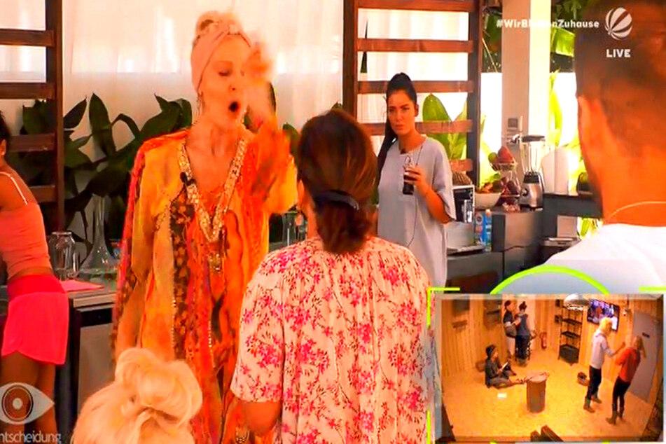 Die Bewohner (kleines Foto) bekommen PuP-Szenen zum Proben eingespielt.