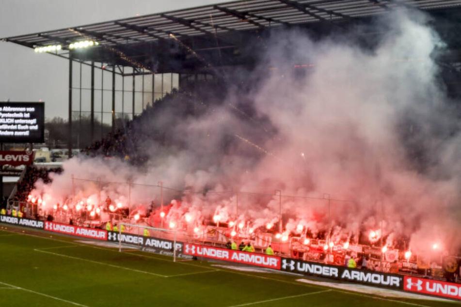 Die Fans des FC St. Pauli vernebelten mit ihren Pyros das Millerntor-Stadion.