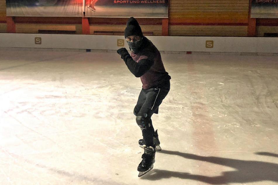 Als Phantom verkleidet läuft er nachts heimlich über die Eisfläche.