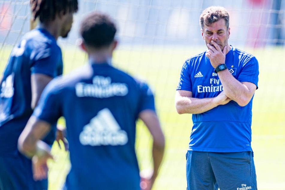 Dieter Hecking beobachtet die HSV-Spieler beim Training.