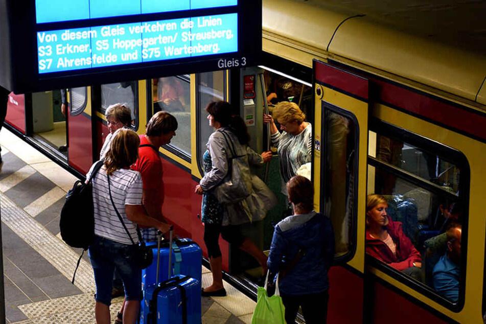 Passagiere steigen in den Zug der Berliner S-Bahnstrecke S3 nach Erkner im Bahnhof Ostkreuz hält.
