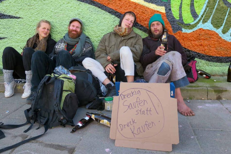 Bierseliger Protest: Christoph (32, im Bild ganz rechts) und seine Freunde sehen in der Konsum-Ansiedlung eine Verdrängung von Künstlern und kleinen Läden.