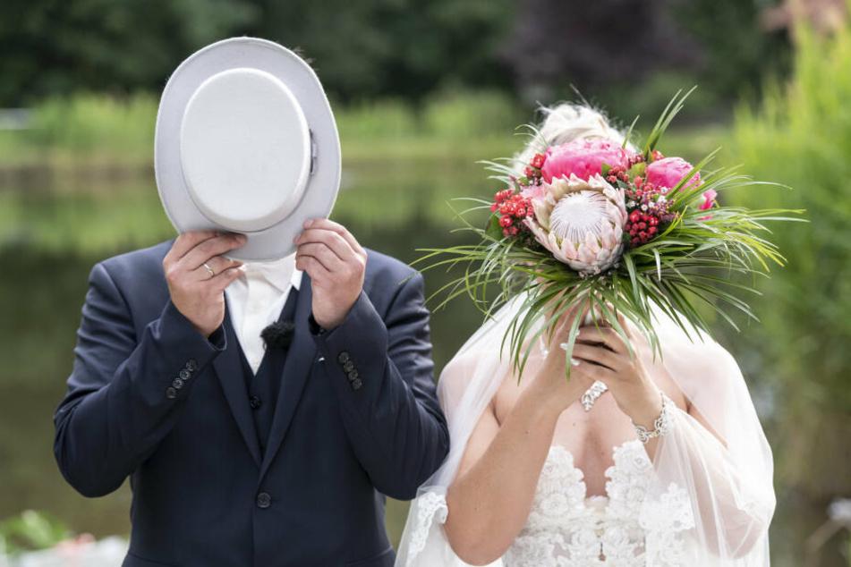 """Bei """"Hochzeit auf den ersten Blick"""" lernen sich die Paare erst im Standesamt kennen."""