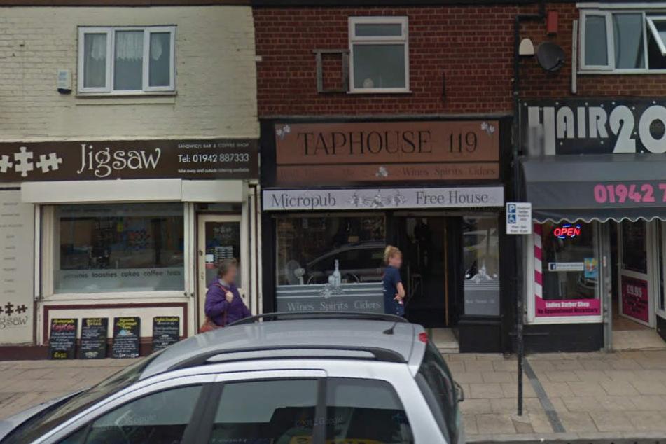 """Der Pub """"Taphouse"""" gehört ihrem Vater. Dorthin wurden die Blumen geliefert."""