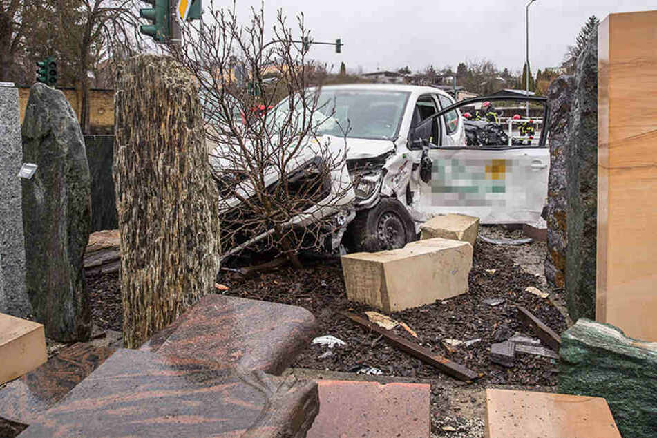 Heftiger Crash in Plauen: VW wird zwischen Grabsteine geschleudert