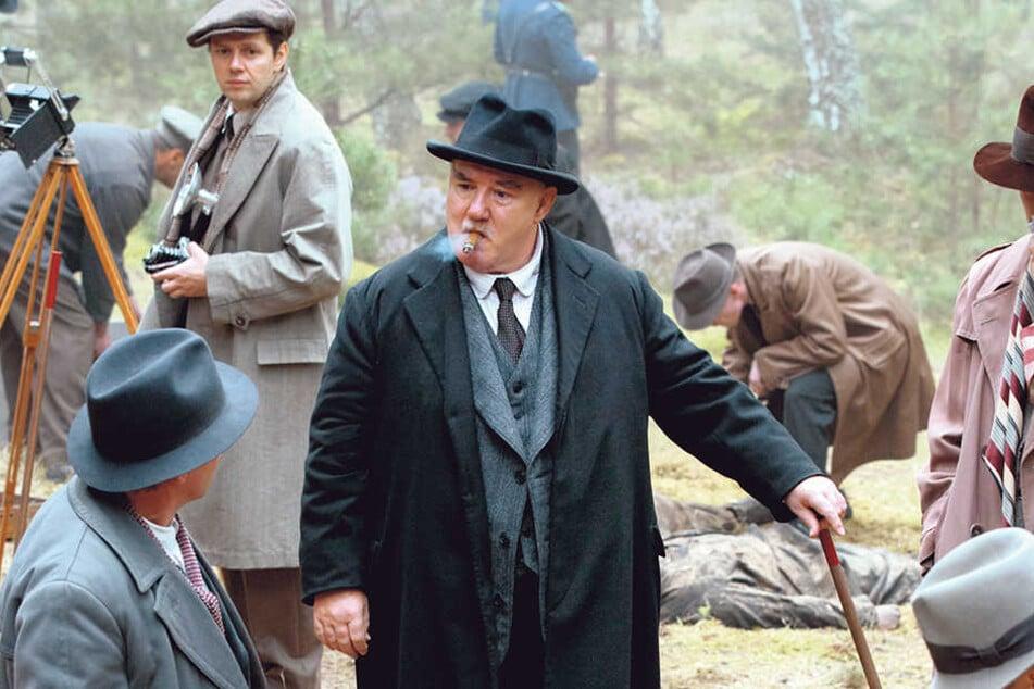 Friedel (hinten links) ermittelt am Tatort.