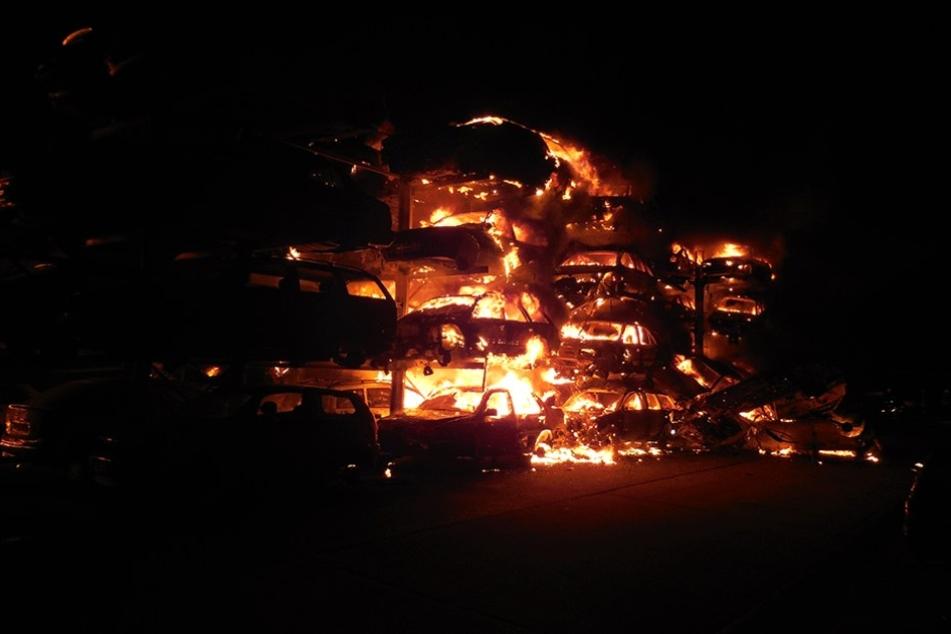 Die Feuerwehr musste jedes der 240 brennenden Autos einzeln löschen.