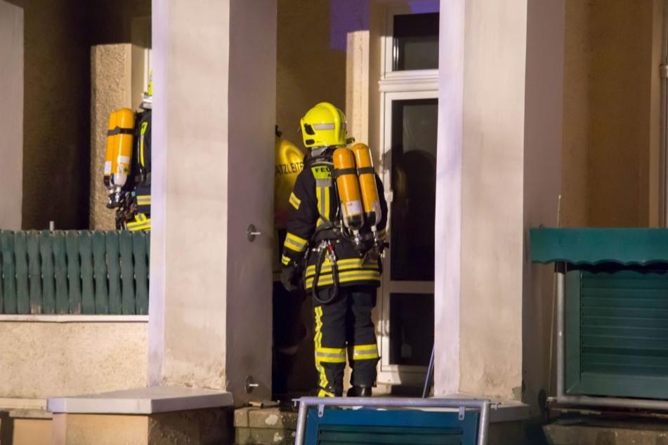 Die Kameraden der Feuerwehr führten auf dem Balkon noch Restlöscharbeiten durch.
