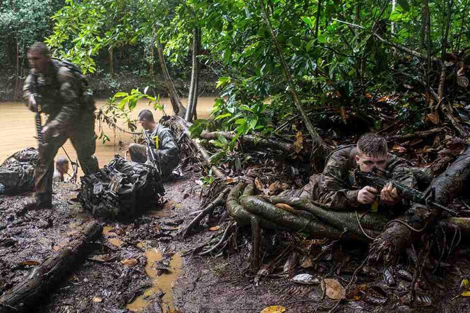 Unwirtliche Umgebungen wie etwa ein tropischer Dschungel werden oft bevorzugt gewählt, um den Rekruten alles abzuverlangen.