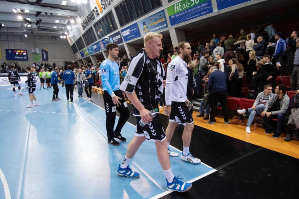 Spieler des THW Kiel verlassen das Spielfeld.