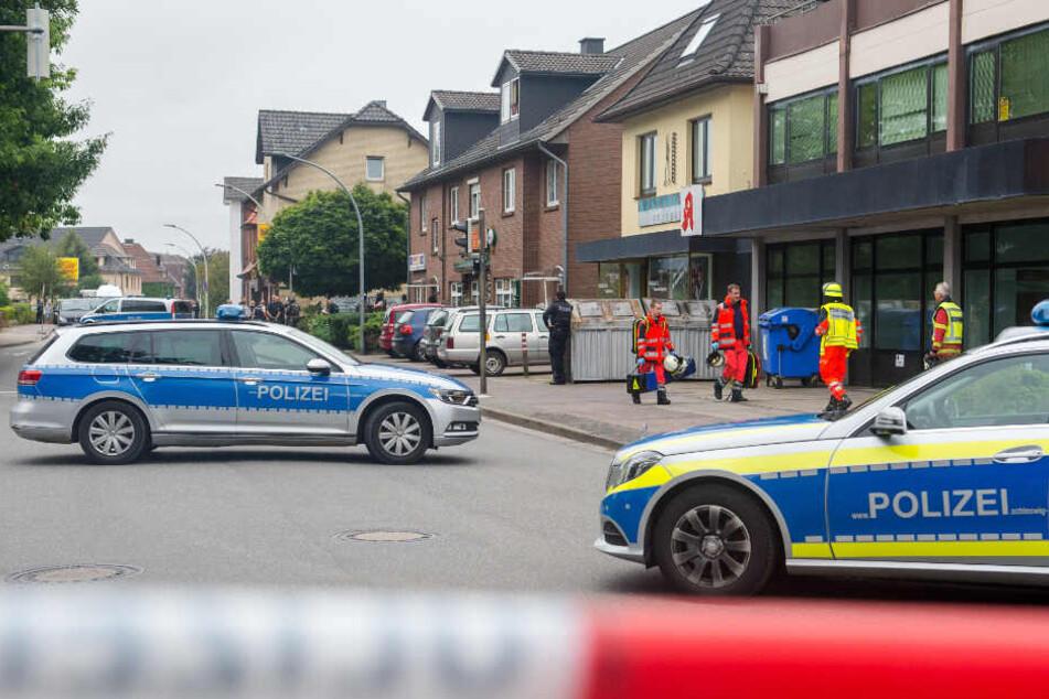 Polizei und Rettungsdienst im Einsatz nach den tödlichen Schüssen am 12. August 2016 in Bargteheide.