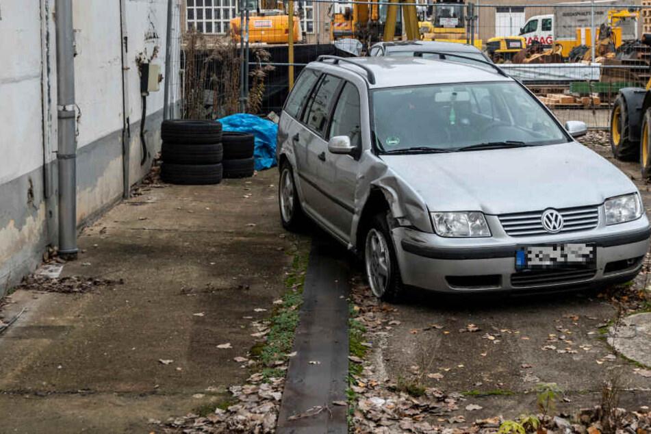 Der VW wurde durch den Unfall massiv beschädigt. Trotzdem fuhren die Männer im Suff weiter.