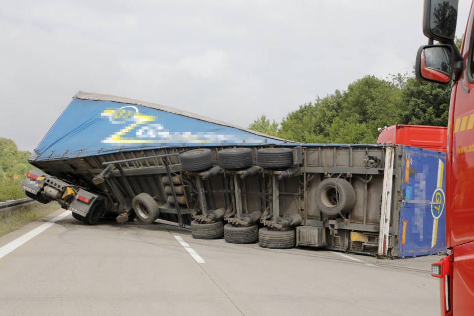Der mit Holzpaletten beladene Lkw stürzte auf die Seite.