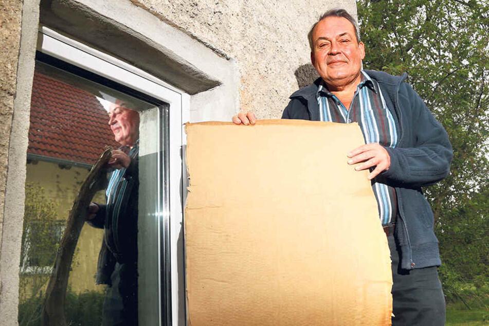 Andreas Malenke (57) muss sein Fenster mit einer Pappe abdecken, damit der Kampfstorch nicht permanent dagegen klopft.