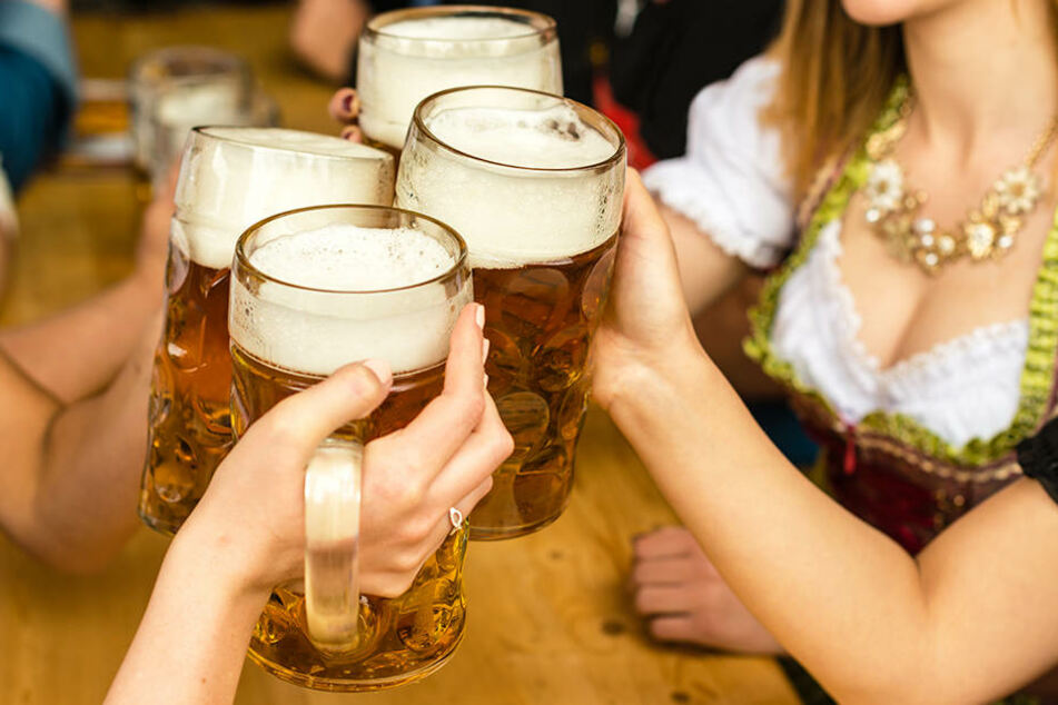Für viele jungen Frauen ist beim Oktoberfest ein weit ausgeschnittenes und kurzes Dirndl ein Muss. Doch manchen sehen dabei keinen Zusammenhang zur bayerischen Tradition.