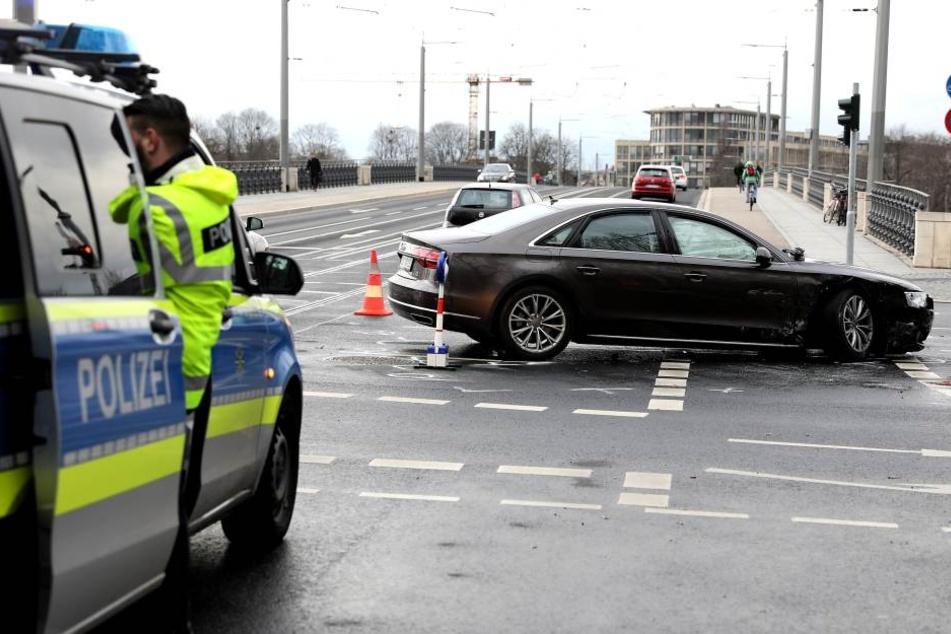 Heftiger Crash an der Albertbrücke: Eine Person verletzt