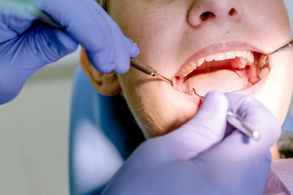 Weil nach dem Eingriff noch Zähne standen, verklagte die Patientin den Kieferorthopäden. (Symbolbild)