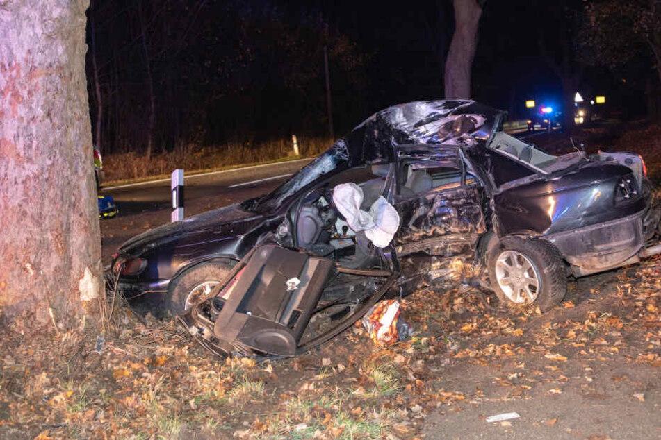Der Fahrer kam mit seinem Auto von der Straße ab und prallte mit voller Wucht gegen einen Baum.