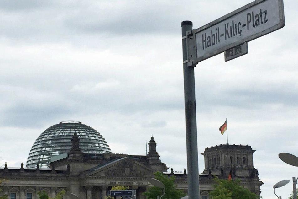 """Aus dem """"Platz der Republik"""" in Berlin wurde der """"Habil-Kilic-Platz""""."""