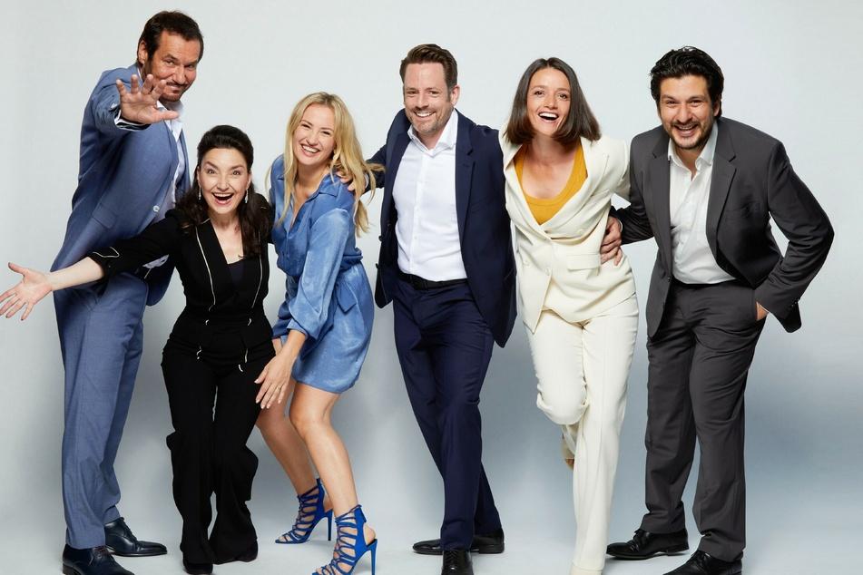 Schauspieler Silvan-Pierre Leirich (60, v.l.n.r.), Tatjana Clasing (57), Ania Niedieck (37), Matthias Brüggenolte (42), Kaja Schmidt-Tychsen (40) und Francisco Medina (44) freuen sich auf die Jubiläumswoche im September.