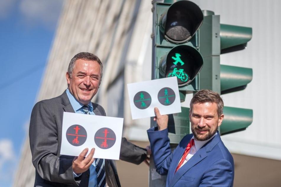 Plauens OB Ralf Oberdorfer (57, FDP) und Wirtschafts- undVerkehrsminister Martin Dulig (43, SPD) hatten gestern schon die Entwürfe für die neuen Ampeln dabei.