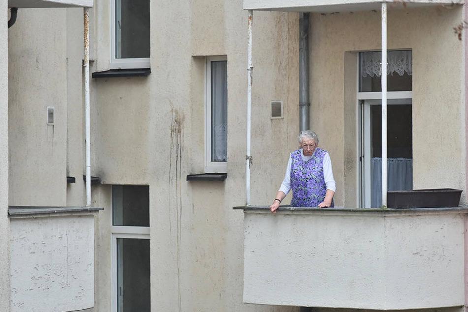 Bei einer Brandstiftung in der Reißiger Straße zerstörte das Feuer die Balkonstühle von Hilma Kampa (76).