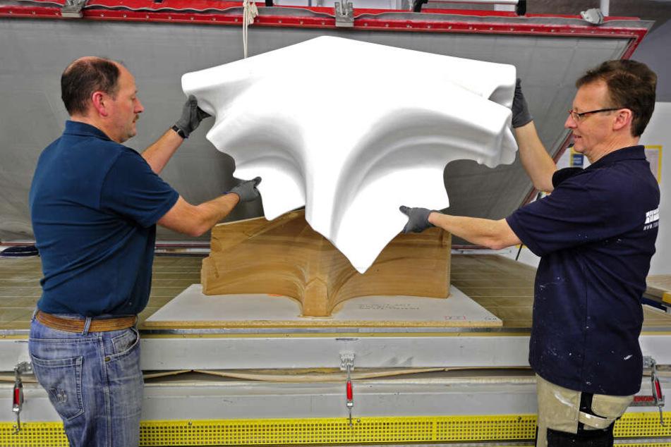 Frank Birkner (50, l.) und Jens Oehme (45) heben ein Fassaden-Element aus der Vakuumpresse, in der es bei 160 Grad geformt wurde.