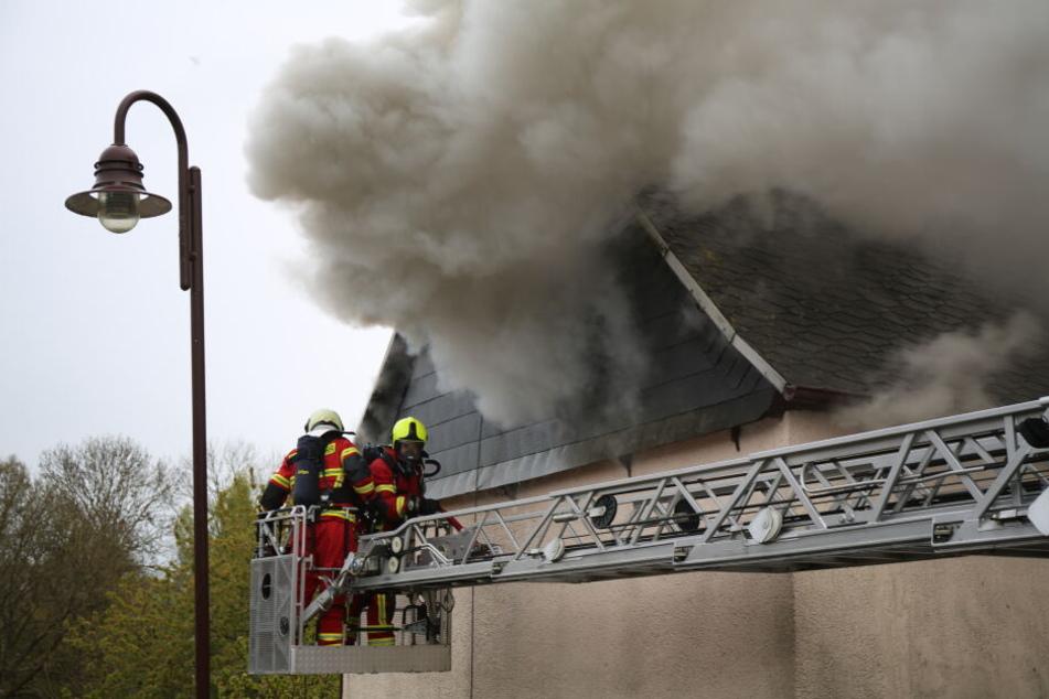 Dicke Rauchschwaden stiegen aus dem Wohnhaus.
